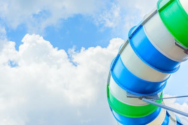 Scivolo tubolare colorato chiuso al parco acquatico all'aperto con chiaro cielo blu. Foto Premium