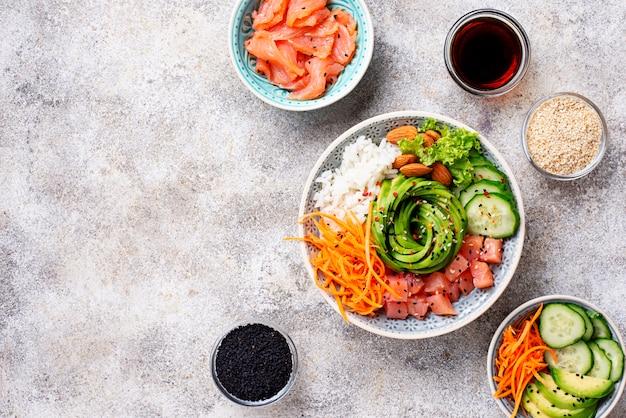 Scodella hawaiana con salmone, riso e verdure Foto Premium