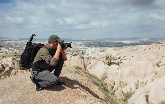 Scogliera dell'arenaria del fotografo ed osservare il paesaggio naturale Foto Premium