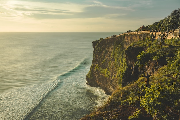 Scogliera, riva dell'oceano, percorso turistico. Foto Premium