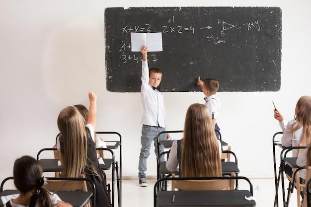 Scolari in aula a lezione Foto Gratuite