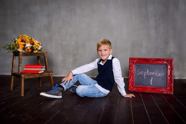 Scolaro con lavagna. concetto di scuola Foto Premium