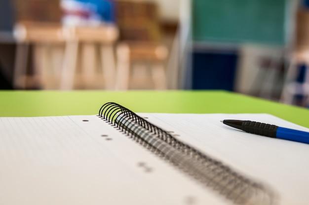 Forniture Per Ufficio : Scrapbook vuoto con scuola e forniture per ufficio sul tavolo da