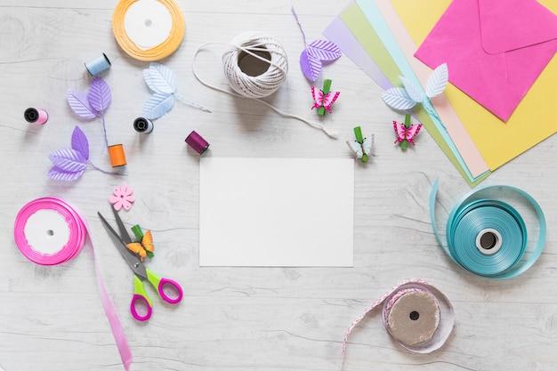 Scrapbooking carte con elementi decorativi su sfondo bianco strutturato Foto Gratuite