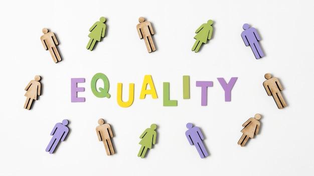Scritta di uguaglianza con le persone nei dintorni Foto Gratuite