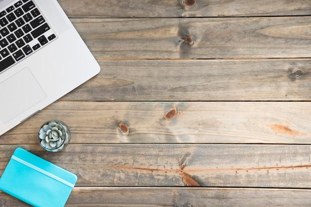 Scrittoio minimalista pulito con spazio di copia Foto Gratuite