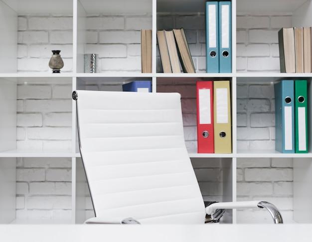 Scrittorio minimalista moderno del primo piano Foto Gratuite
