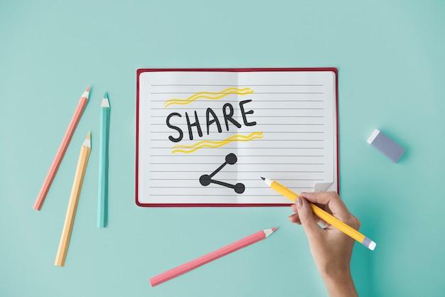 Scrittura a mano condividi su un notebook Foto Premium