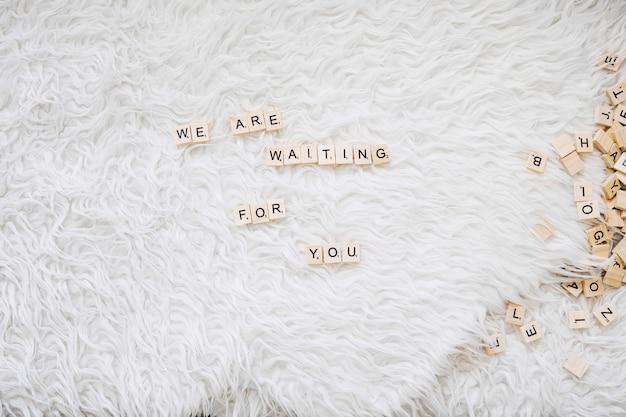 Scrittura carina sull'attesa del bambino Foto Gratuite