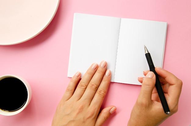 Scrittura della persona del primo piano con la penna Foto Gratuite