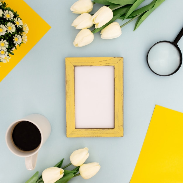 Scrivania a colori con cornice gialla per mock up su sfondo blu Foto Gratuite