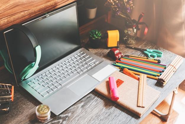 Scrivania con articoli per ufficio - lavoro da casa concetto Foto Premium