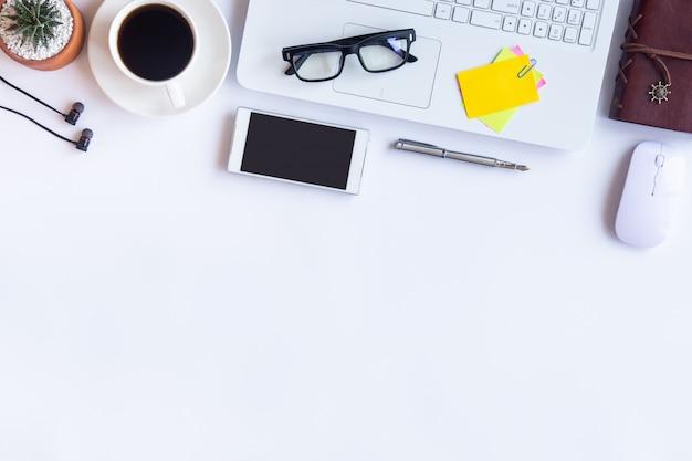 Scrivania con articoli per ufficio Foto Premium