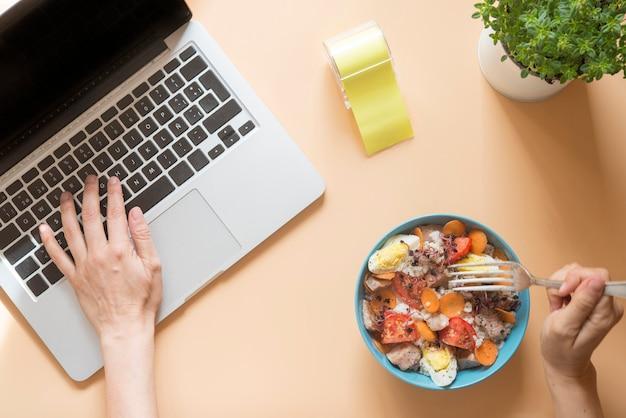Scrivania con computer con ciotola per alimenti Foto Premium