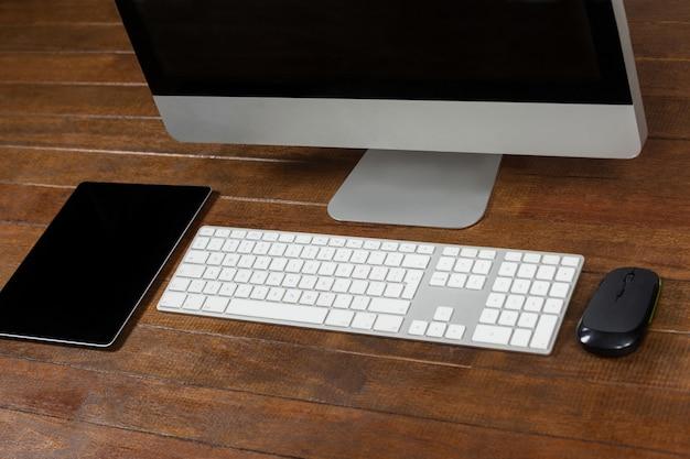 scrivania con computer e tavoletta digitale | scaricare foto gratis - Scrivania Con Computer