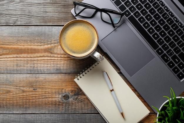 Scrivania con computer portatile. Foto Premium
