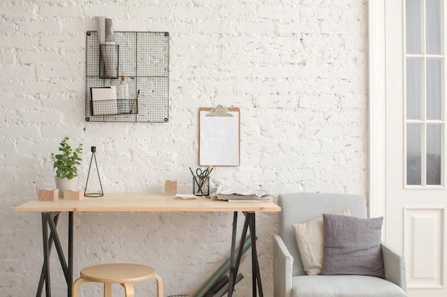Scrivania con elementi decorativi nel loft interno bianco Foto Premium