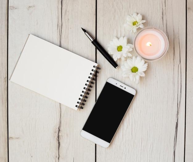 Scrivania con oggetti Foto Gratuite