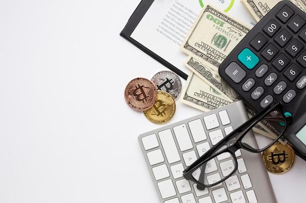 Scrivania con vista dall'alto di strumenti finanziari Foto Gratuite