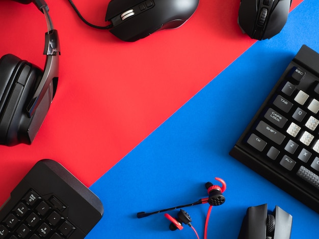 Scrivania da gioco con tastiera, mouse e cuffie Foto Premium