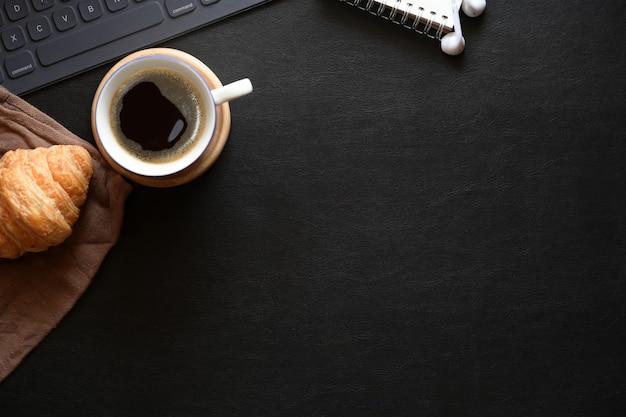 Scrivania del ministero degli interni con spazio per caffè, croissant e copia Foto Premium