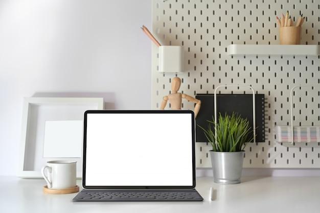 Scrivania del ministero degli interni con tablet schermo vuoto con tastiera intelligente sul tavolo di lavoro minimo. Foto Premium