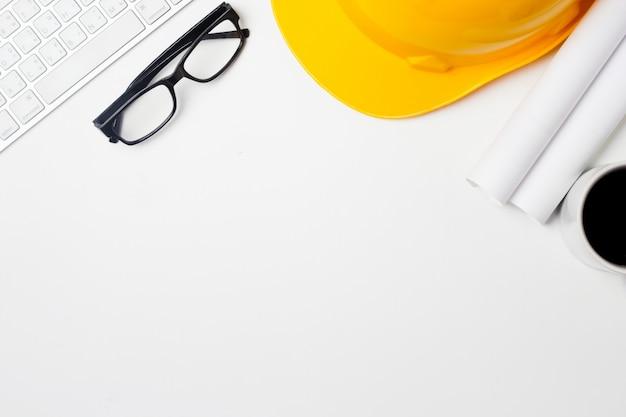 Scrivania dell'architetto con strumenti, casco, computer, occhiali e notebook. Foto Premium