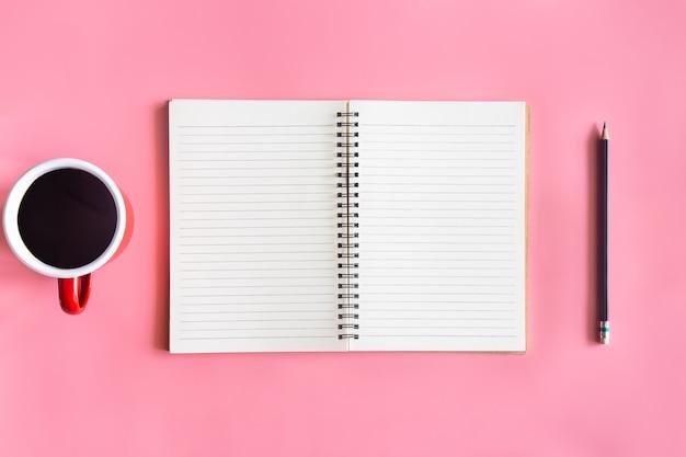 Scrivania rosa pastello officetop vista con copia spazio per inserire il testo. Foto Premium