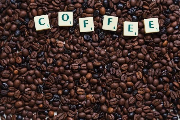 Scrivere sui chicchi di caffè Foto Gratuite