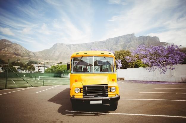 Scuolabus giallo in attesa di scolari Foto Premium