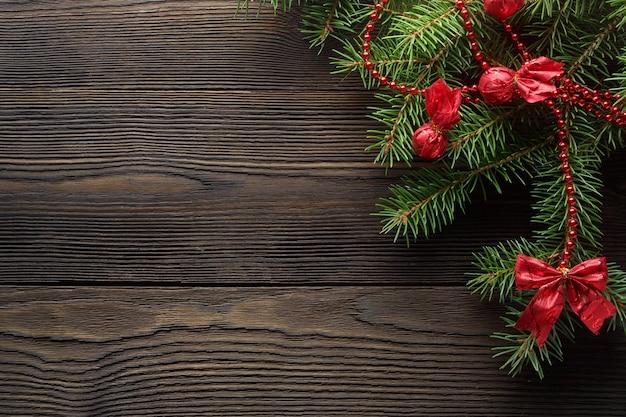 Scuro tavolo di legno marrone con il pino di natale for Tavolo marrone scuro