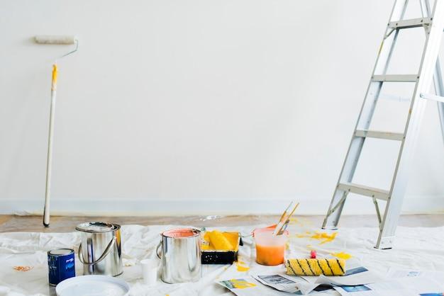 Secchi di vernice sul pavimento Foto Gratuite