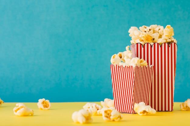 Secchi pieni di popcorn con spazio di copia Foto Gratuite