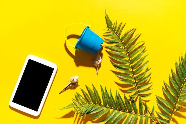 Secchio dell'aggeggio e foglia di palma su sfondo luminoso Foto Gratuite