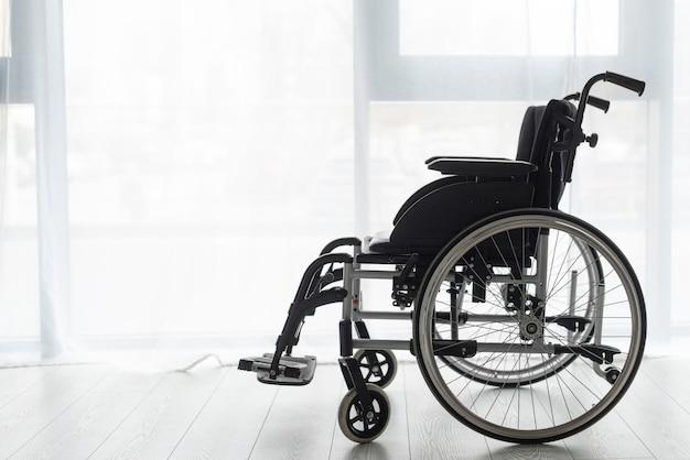 Sedia a rotelle professionale del primo piano all'interno Foto Gratuite