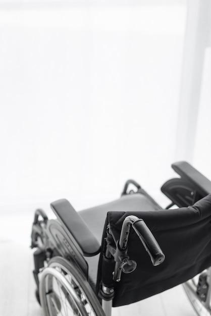 Sedia a rotelle professionale del primo piano Foto Gratuite