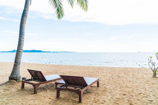 Sedia a sdraio, palm e spiaggia tropicale a pattaya in thailandia Foto Gratuite