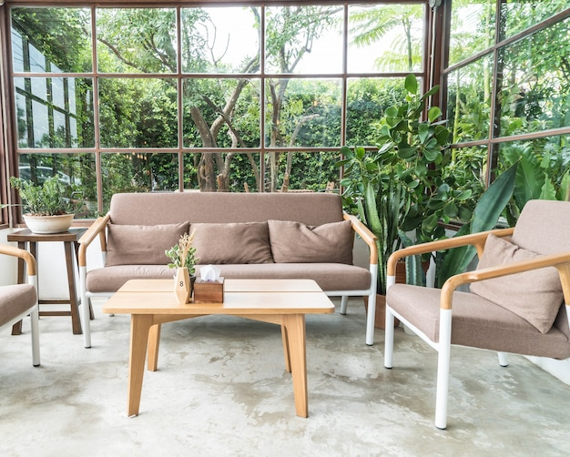 Sedia di legno vuota nel salotto Foto Gratuite