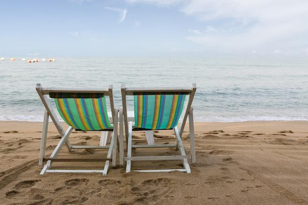 Sedia di spiaggia sulla spiaggia a pattaya Foto Premium