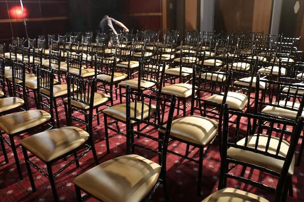 Sedia in fila nell'auditorium Foto Premium