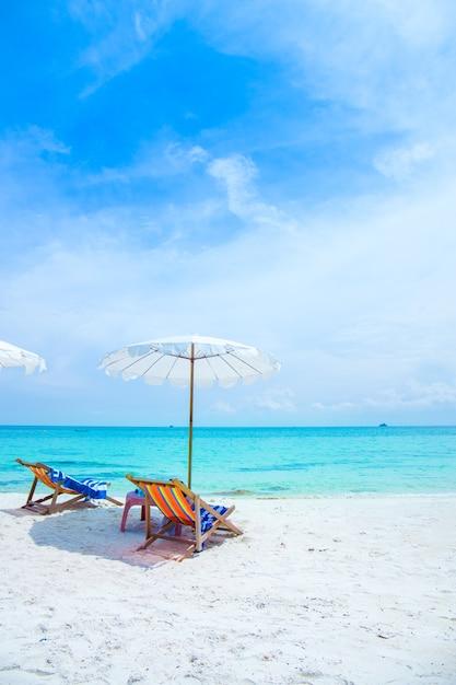 Disegni Di Spiaggia E Ombrelloni.Sedie A Sdraio E Ombrelloni Sulla Spiaggia Di Koh Samet In