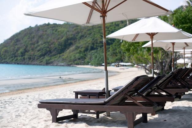 Sedie e ombrelloni sulla spiaggia nell'isola di samet, koh samet thailand. Foto Premium