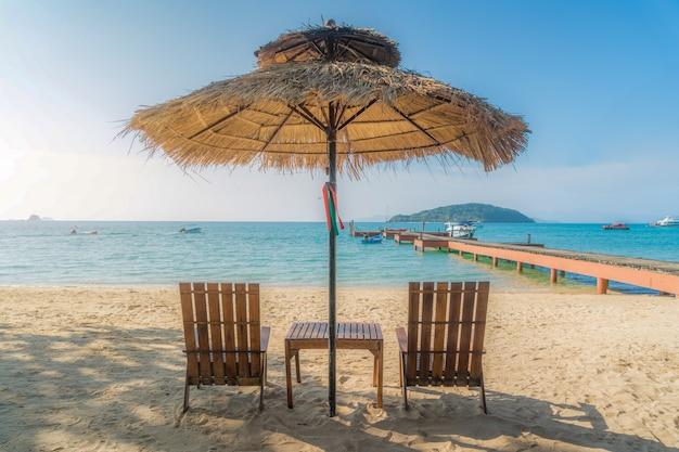 Sedie ed ombrello di spiaggia sull'isola di estate a phuket, tailandia Foto Premium