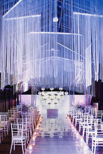 Sedie nella sala per matrimoni e nella sede della cerimonia nuziale in bianco e viola Foto Gratuite