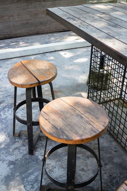 Sedili all'aperto in legno nel giardino estivo Foto Premium