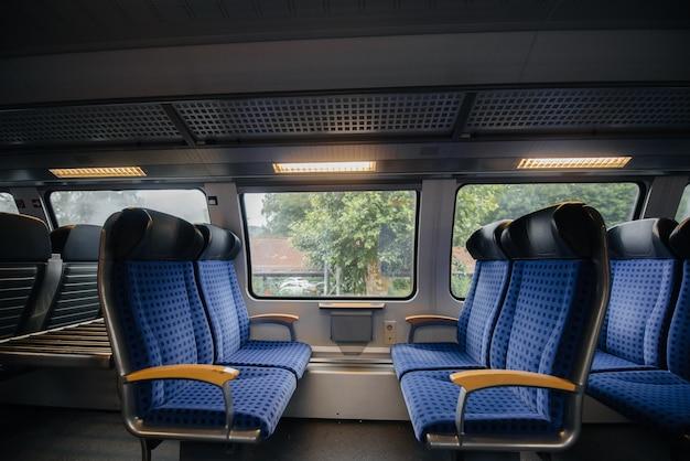 Sedili blu comodi e belli nel treno. trasporto. viaggi. Foto Premium