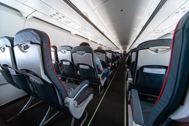 Sedili cabina dell'aeroplano con passeggeri Foto Premium