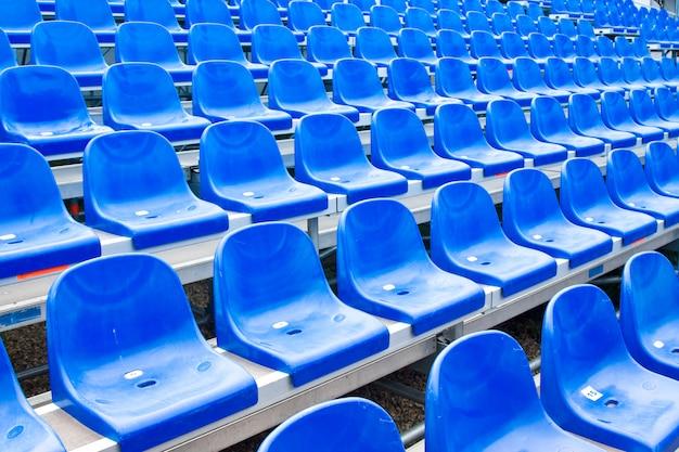 Sedili in plastica sullo stadio in estate Foto Premium