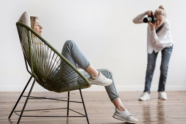 Seduta e fotografo della donna che prendono le foto Foto Gratuite