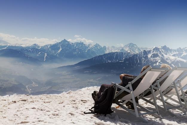 Seduta Seduta In Chaise Longue Seduta A Sdraio Sullo Sfondo Di
